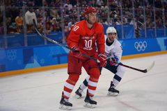 Campeón olímpico Sergei Mozyakin de Team Olympic Athlete de Rusia en la acción contra juego del hockey sobre hielo del ` s de los Imágenes de archivo libres de regalías