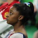 Campeón olímpico Simone Biles de Estados Unidos que compiten en el haz de balanza en la gimnasia versátil de las mujeres en Río 2 fotos de archivo libres de regalías