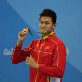 Campeón olímpico Yang Sun de China durante ceremonia de la medalla después del estilo libre del ` s los 200m de los hombres de la imagenes de archivo