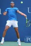 Campeón Rafael Nadal del Grand Slam de España en la acción durante partido de la ronda del US Open 2016 primero Imagenes de archivo