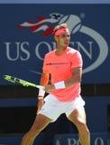 Campeón Rafael Nadal del Grand Slam de España en la acción durante su partido redondo 4 del US Open 2017 Imagenes de archivo