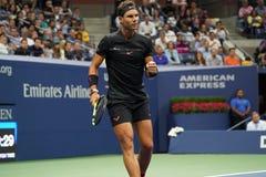 Campeón Rafael Nadal del Grand Slam de España en la acción durante su partido redondo 2 del US Open 2017 Imagenes de archivo