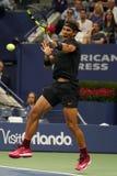 Campeón Rafael Nadal del Grand Slam de España en la acción durante su partido redondo 2 del US Open 2017 Foto de archivo