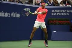 Campeón Rafael Nadal del Grand Slam de España en la acción durante su partido de la ronda del US Open 2017 primero Imágenes de archivo libres de regalías