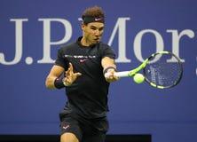 Campeón Rafael Nadal del Grand Slam de España en la acción durante su partido 2017 de semifinal del US Open Fotos de archivo