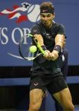 Campeón Rafael Nadal del Grand Slam de España en la acción durante su partido 2017 de semifinal del US Open Foto de archivo