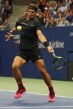 Campeón Rafael Nadal del Grand Slam de España en la acción durante su segundo partido de la ronda del US Open 2017 Fotos de archivo