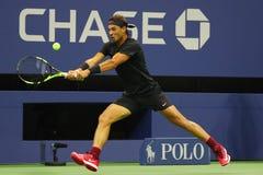 Campeón Rafael Nadal del Grand Slam de España en la acción durante su segundo partido de la ronda del US Open 2017 Imagen de archivo libre de regalías