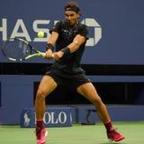Campeón Rafael Nadal del Grand Slam de España en la acción durante su segundo partido de la ronda del US Open 2017 Foto de archivo