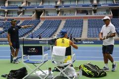 Campeón Rafael Nadal del Grand Slam de quince veces de España con sus coches Tony Nadal R y Carlos Moya durante la práctica para  Foto de archivo libre de regalías