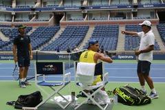 Campeón Rafael Nadal del Grand Slam de quince veces de España con sus coches Tony Nadal R y Carlos Moya durante la práctica para  Fotos de archivo libres de regalías