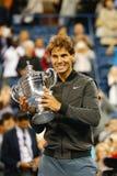Campeón Rafael Nadal del US Open 2013 que sostiene el trofeo del US Open durante la presentación del trofeo después de su triunfo Fotos de archivo libres de regalías