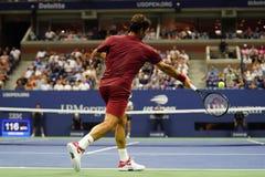 campeón Roger Federer de 20-time Grand Slam de Suiza en la acción durante la ronda 2018 del US Open del partido 16 fotografía de archivo