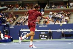 campeón Roger Federer de 20-time Grand Slam de Suiza en la acción durante la ronda 2018 del US Open del partido 16 imagenes de archivo