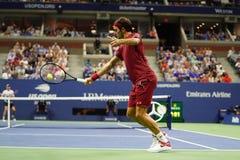 campeón Roger Federer de 20-time Grand Slam de Suiza en la acción durante la ronda 2018 del US Open del partido 16 fotografía de archivo libre de regalías