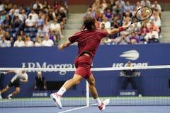 campeón Roger Federer de 20-time Grand Slam de Suiza en la acción durante la ronda 2018 del US Open del partido 16 imagen de archivo