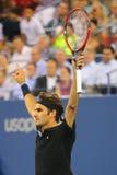 Campeón Roger Federer del Grand Slam de diecisiete veces durante partido del cuarto de final en el US Open 2014 contra Gael Monfi Foto de archivo libre de regalías