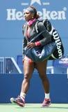Campeón Serena Williams del Grand Slam de dieciséis veces en Billie Jean King National Tennis Center antes de su partido en el US  Imágenes de archivo libres de regalías