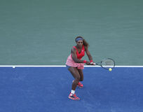 Campeón Serena Williams del Grand Slam de diecisiete veces durante su partido final en el US Open 2013 contra Victoria Azarenka Imagen de archivo libre de regalías