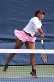 Campeón Serena Williams del Grand Slam de veinte un veces en corte de la práctica en el US Open 2015 en el centro nacional del te Imagen de archivo libre de regalías