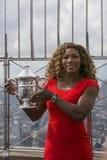 Campeón Serena Williams del US Open 2014 que presenta con el trofeo del US Open en el top de Empire State Foto de archivo libre de regalías