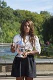 Campeón Serena Williams del US Open 2013 que presenta el trofeo del US Open en Central Park Fotografía de archivo