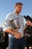 Campeón Stanislas Wawrinka del Grand Slam de tres veces de Suiza durante entrevista con el trofeo del US Open Fotografía de archivo