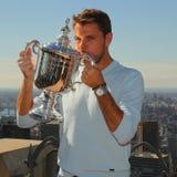 Campeón Stanislas Wawrinka del Grand Slam de tres veces de Suiza que presenta con el trofeo del US Open en el top de la observaci Foto de archivo libre de regalías