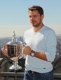 Campeón Stanislas Wawrinka del Grand Slam de tres veces de Suiza que presenta con el trofeo del US Open en el top de la observaci Fotos de archivo