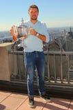 Campeón Stanislas Wawrinka del Grand Slam de tres veces de Suiza que presenta con el trofeo del US Open en el top de la observaci Imagen de archivo libre de regalías