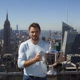 Campeón Stanislas Wawrinka del Grand Slam de tres veces de Suiza que presenta con el trofeo del US Open en el top de la observaci Foto de archivo