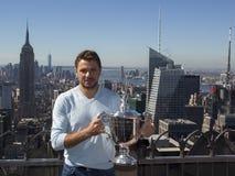 Campeón Stanislas Wawrinka del Grand Slam de tres veces de Suiza que presenta con el trofeo del US Open en el top de la observaci Imágenes de archivo libres de regalías