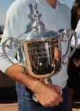 Campeón Stanislas Wawrinka del Grand Slam de tres veces de Suiza que sostiene el trofeo del US Open en el top de la plataforma de Foto de archivo