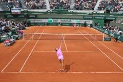Campeón Victoria Azarenka del Grand Slam de dos veces de Bielorrusia en la acción durante su segundo partido de la ronda en Rolan Imagen de archivo