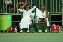 Campeões olímpicos Serena e Venus Williams dos EUA na ação durante fósforo do círculo dos dobros o primeiro do Rio 2016 Jogos Olí Fotos de Stock