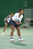 Campeões olímpicos Serena e Venus Williams dos EUA na ação durante fósforo do círculo dos dobros o primeiro do Rio 2016 Jogos Olí Imagens de Stock Royalty Free