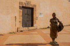 CAMPECHE, ΜΕΞΙΚΟ: Άγαλμα μιας γυναίκας στον τοίχο και την παλαιά ξύλινη πόρτα, Σαν Φρανσίσκο de Campeche στοκ εικόνες