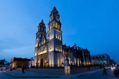 CAMPECHE MEXICO - JUNI 30,2014: nattsikt av den huvudsakliga fyrkanten och domkyrkan i Campeche Royaltyfri Foto