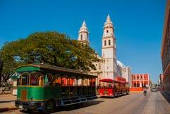 Campeche, Mexico: Onafhankelijkheidsplein, toeristentreinen en kathedraal op de overkant van het vierkant Oude Stad van San Franc stock foto's