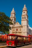 Campeche, Mexico: Onafhankelijkheidsplein, toeristentreinen en kathedraal op de overkant van het vierkant Oude Stad van San Franc royalty-vrije stock afbeeldingen