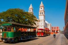 Campeche, Mexico: Onafhankelijkheidsplein, toeristentreinen en kathedraal op de overkant van het vierkant Oude Stad van San Franc stock afbeeldingen