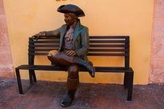 CAMPECHE, MEXIKO: Bronzestatue vor der Casa Don Gustavo Hotel, San Francisco de Campeche, Mann in einem alten Anzug und in einem  Stockfotos