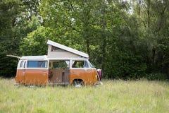 Campeggiatore classico Van Parked in un campo pronto per accamparsi Fotografia Stock