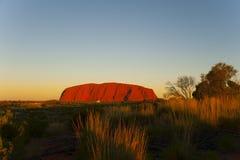 Campeggiatore davanti alla roccia di Ayers, Australia Fotografia Stock Libera da Diritti