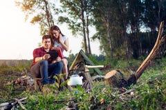 Campeggiatori con la compressa digitale fotografie stock libere da diritti