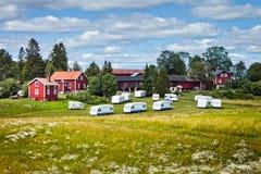 Campeggiatori e cabine immagini stock