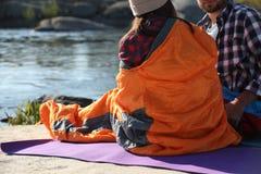 Campeggiatori in sacchi a pelo all'aperto fotografie stock libere da diritti
