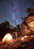 Campeggio alla notte Ragazza esile atletica che fa allungando gli esercizi relativi alla ginnastica alla piccola tenda turistica immagine stock libera da diritti