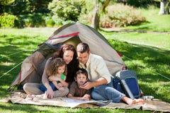 Campeggio allegro della famiglia Fotografie Stock Libere da Diritti