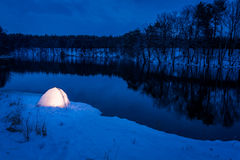 Campeggio caldo nell'inverno nel lago Fotografie Stock